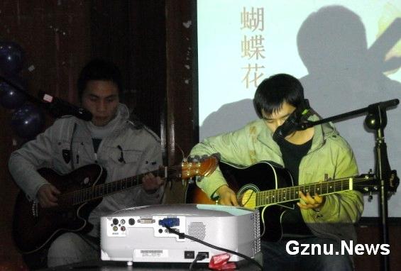 吉他弹唱《我真的受伤了》,《蝴蝶花》与《月半小夜曲》,《简单爱》等